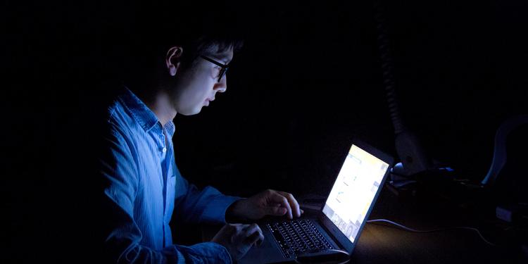 暗闇でパソコン